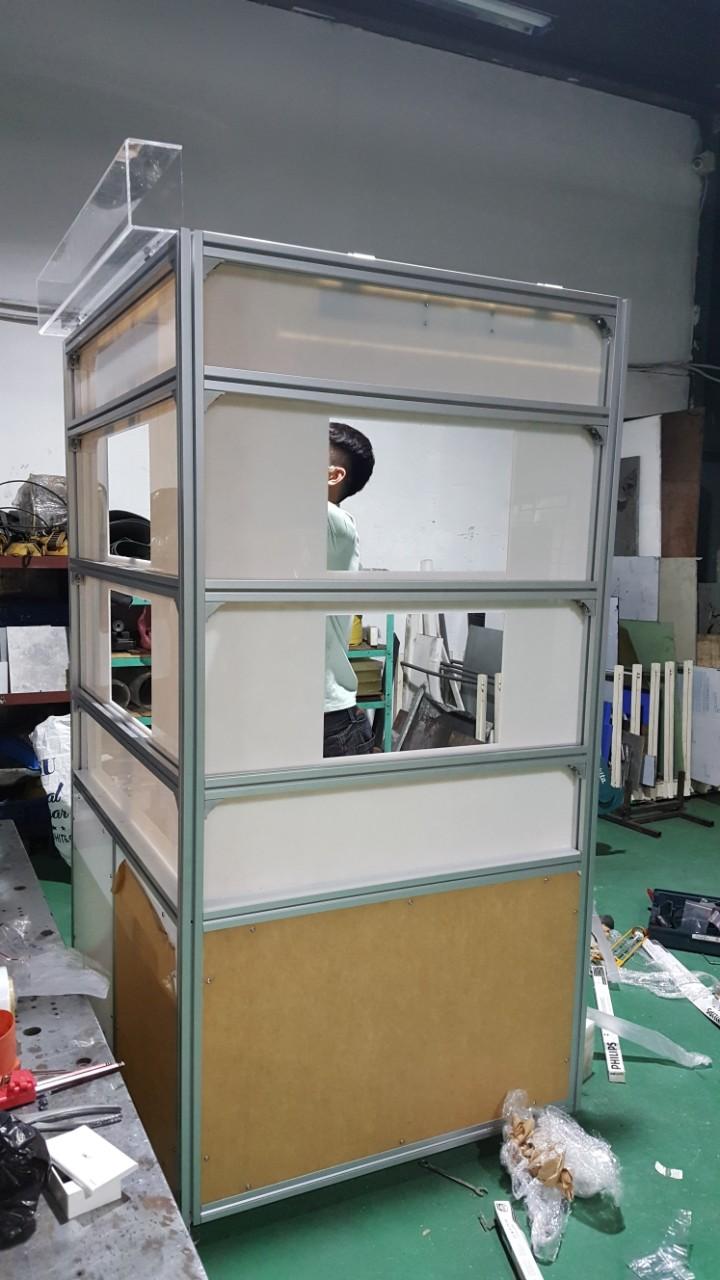 bàn trưng bày sản phẩm công nghiệp - 2